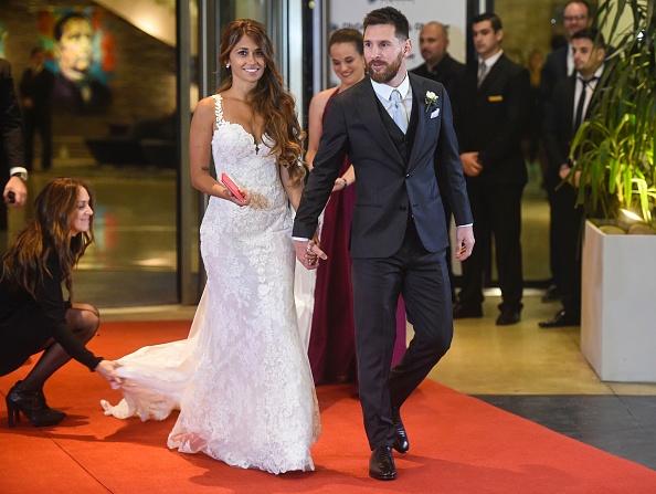 Lionel Messi pamoja na mwenzi wake Antonella Roccuzzo wakati wa harusi yao.