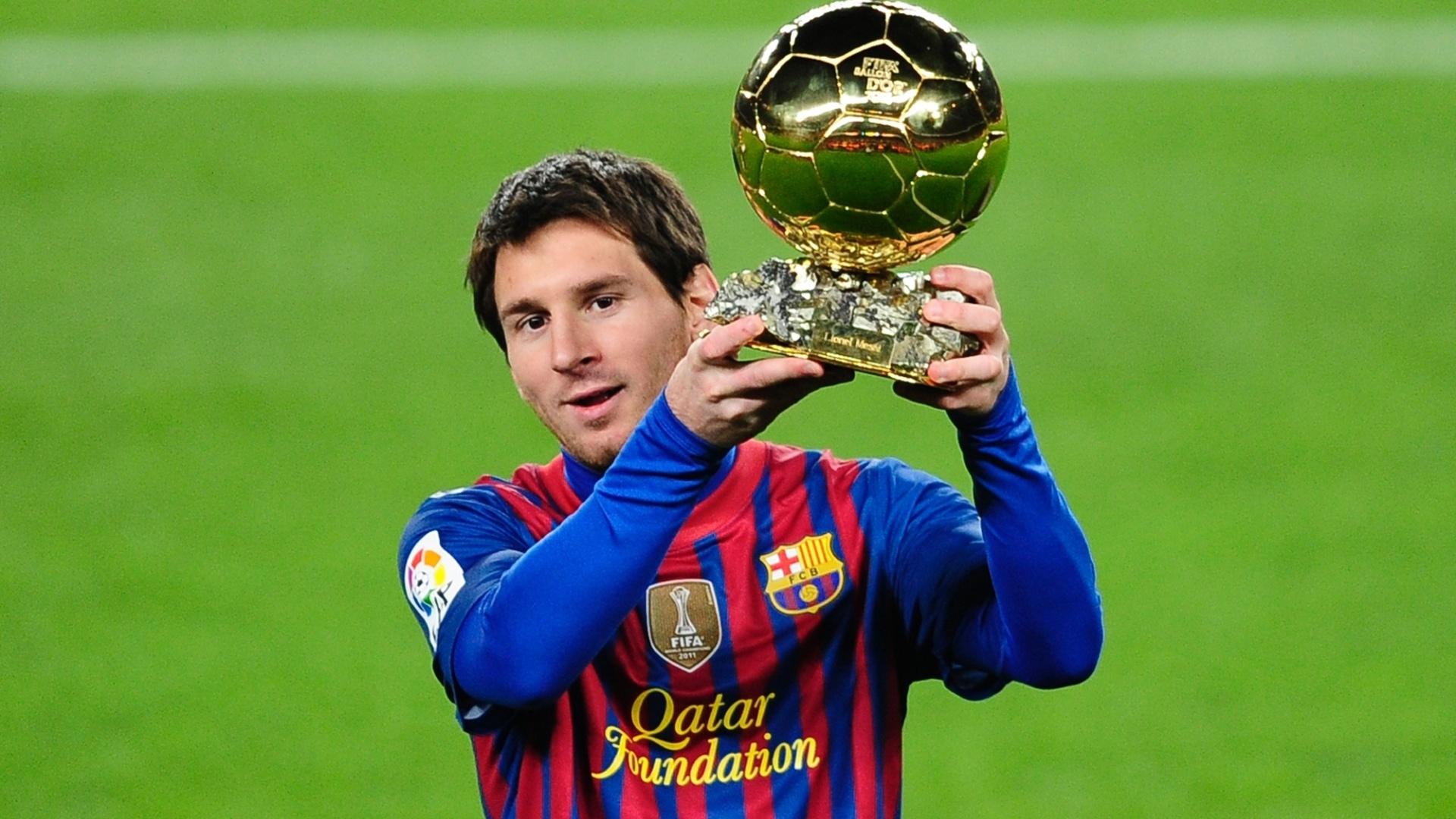 Lionel Messi akiwa amebeba kombe